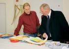 Interessiert sieht er sich die Arbeitsergebnisse unserer Mitarbeiter/innen in der Textilwerkstatt an ...