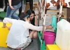 Unsere fleißigen Schülerhelfer Fata und Maria erklären den Kids wies geht, das mit dem melken.