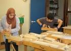 Ein ägyptisches Mädchen und ein Junge aus Rumänien gemeinsam in der Zuckmayer-Schule und immer Mittwochs auch beim KUBUSbeim hobeln