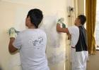 Zwei Jungs der besonderen Lerngruppe bei der Berufsorientierung zum Maler